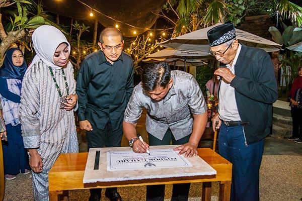 PENGAMATAN. Para peserta Botanical Game mengidentifikasi tanaman di Taman Botani Sukorambi, Sabtu (12/11).